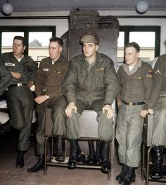 Elvis Presley with his comrades in their room at Ray Barracks in Friedberg, Germany. The American rock 'n' roll star did part of his military service in Upper Hesse at the end of the Elvis Presley Army, Elvis Presley Photos, Priscilla Presley, Rock And Roll, Stars Du Rock, Army Day, Young Elvis, Jailhouse Rock, Cinema