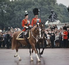 Queen Elizabeth II and Prince Philip return to Buckingham Palace in London after the Trooping The Colour ceremony, June 1965 Royal Queen, King Queen, Princesa Anne, Trooping The Colour 2018, Queen's Official Birthday, Cadillac, Isabel Ii, Her Majesty The Queen, Prince Phillip