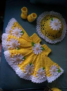 Beautiful crochet yellow baby dress with daisies, hat and shoes included – Stricken sie Baby Kleidung Diy Crafts Knitting, Diy Crafts Crochet, Handgemachtes Baby, Baby Bibs, Baby Set, Baby Dress Clothes, Crochet Baby Dress Pattern, Crochet Patterns, Crochet Stitches