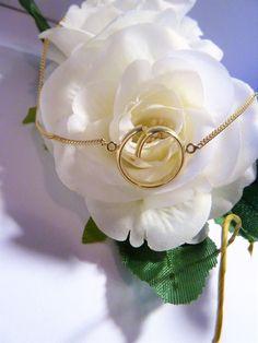 Trouwring vermaakt tot hanger in de gestyleerde vorm van een fries pompebled. Gold weddingring turned into a pendant.