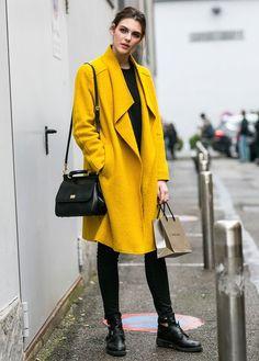 25 Stunning Yellow Coat Outfits For Fall Milan Fashion Week Street Style, Milano Fashion Week, Street Style Looks, Looks Style, Coat Outfits, Mantel Outfit, Modell Street-style, Coats For Women, Jackets For Women