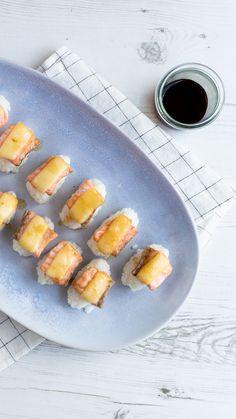 #sushi #kaassushi #kaasrecept #kaas.nl #zalmgerecht #sushirecept #maredsous #heerlijk #eten #food #cheese #cheeserecipe #delicious #salmonrecipe #cookinginspiration #cooking #diysushi Fresh Rolls, Cantaloupe, Sushi, Fruit, Ethnic Recipes, Food, Meal, The Fruit, Eten