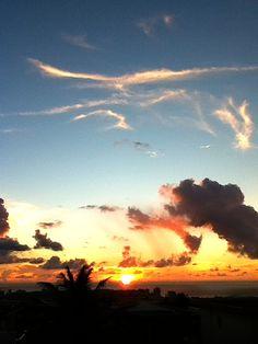 夕日が落ちて水平線がへこんじゃった!(笑)@グアム  アップしたつもりがアップされてなかった〜(泣)やっぱりtwitpic  おかしい。。。おやすみなさい