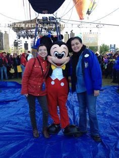 Con Mickey y Norma antes de subirme al globo más feliz de la tierra en el Festival Internacional del Globo en #León #ViveFIG #ladodisney #disneyside #disneyland