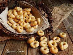 I taralli sono una specialità pugliese. Sono dei bocconcini da forno che si preparano con un impasto a base di farina, olio, sale e vino bianco.