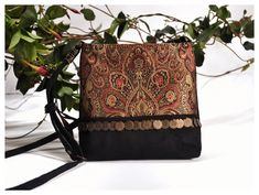 Bolsa Tiracolo feita com tecido tipo indiano e moedas Bags, Fashion, Black Cotton, Print Fabrics, Crossbody Bag, Sewing, Handbags, Moda