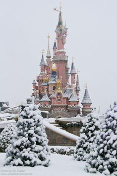 Snowy Disneyland in Paris, France. Visited Disney Paris in the Spring. Much like Disney World when it first opened up in Florida. The kids enjoyed the Alice in Wonderland maze. Parc Disneyland Paris, Disneyland Castle, Disneyland Resort, Beautiful World, Beautiful Places, Places To Travel, Places To Visit, Famous Castles, Thinking Day
