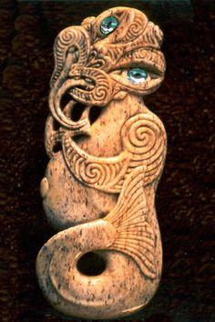 Ethnic carvings and jewelery of New Zealand Abstract Sculpture, Wood Sculpture, Bronze Sculpture, Maori Tribe, Maori Patterns, Polynesian Art, Maori Tattoo Designs, Maori Art, Kiwiana