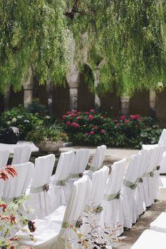 Che ne dite di un bel real wedding fresco e delicato, con vista su Sorrento? Paola e Pietro si sono sposati in primavera, scegliendo un tema botanico e floreale e una palette di rosa e verde, perfetti per la stagione! Dopo la cerimonia all'aperto ad attendere gli ospiti c'è stato un ricevimento vista mare, nella...