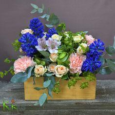 Композиция в ящике с мечтательным воздушным настроением. Отличный подарок для принцессы, чтобы украсить комнату в замке. Изюминка композиции - декоративные ранункулюсы.  Заказ и доставка 203 88 22, сайт kaktus59.ru илив нашем салоне на Краснофлотской 11/1 #kaktus#кактуспермь#цветывящике#цветы#композиция