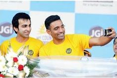 Cueist Pamkaj Advani and Cricketer Robin Uthappa sharing a selfie moment at Jain University organised My Country Run.