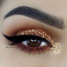 ¿Quién dijo que la purpurina era sólo para la noche? Hace unas temporadas los maquillajes de ojos cargados de glitter llenaron las pasarelas...