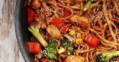 Składniki: ze strony Kwestia Smaku 150 g makaron chow mein 1 filet z kurczaka 1 łyżka mąki pszennej 2 łyżki oleju 2 małe cebulki ... Chow Mein, Chow Chow, Japchae, Rice, Pasta, Vegetables, Health, Ethnic Recipes, Food