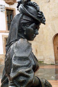 1997.La escultura urbana conocida como La Regenta, ubicada en la plaza de Alfonso II, el Casto (frente a la Catedral), en la ciudad de Oviedo, Principado de Asturias, España. La escultura, hecha en bronce, es obra de Mauro Álvarez Fernández,