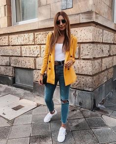 Looks simples e estilosos para testar essa semana Look destroyed jeans, black gucci belt, white body, elongated yellow blazer and white sneakers. Jean Jacket Outfits, Outfit Jeans, Blazer Outfits, Basic Outfits, Simple Outfits, Classy Outfits, Fall Outfits, Summer Outfits, Casual Outfits