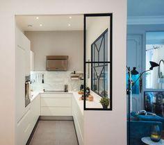 Une cuisine avec verrière de caractère imaginée par l'agence Dune Décoration.
