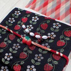 春のいちごショートコーデ。いちご柄の洒落袋帯は可愛らしい柄ですが、実際に締めると意外と落ち着いてるので今の自分でも締める事ができます。でも、お袖の長いお召は流石に無理ゲーかも…(^_^;) 苺の帯留とベリーの羽織紐を合わせて可愛さを全面に出した取り合わせにしました。  #着物#きもの##kimono#着物コーディネート#着物コーデ#春コーデ#帯留#帯留め#羽織紐#ハンドメイドアクセサリー##苺#いちご#いちご柄#いちごショート# Modern Kimono, Japanese Outfits, Yukata, Japanese Kimono, Berries, Strawberry, Textiles, Fantasy, Embroidery