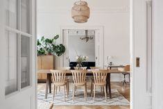 Tavan cu detalii elegante și decor scandinav într-un apartament spațios din Suedia | Jurnal de Design Interior Design Interior, Dining Rooms, Oversized Mirror, Table, Inspiration, Furniture, Home Decor, Biblical Inspiration, Decoration Home