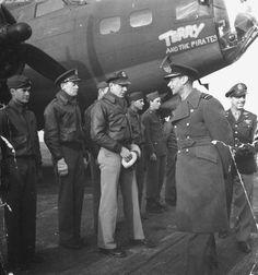 Jorge VI pasa revista a las tropas durante la Segunda Guerra Mundial