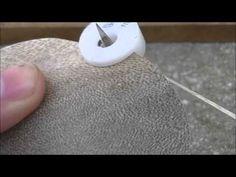 Como cortar lonjas de cuero para cintos o collares con un taco cortalonjas - YouTube