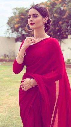 Simple Sarees, Trendy Sarees, Stylish Sarees, Stylish Dresses, Nice Dresses, Indian Fashion Dresses, Dress Indian Style, Indian Designer Outfits, Pakistani Dresses