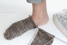 anana: Villasukat pyöröpuikolla varpaista varteen, kaksi kerralla! [kuvallinen ohje] Wool Socks, Knitting Socks, Knitting Needles, Magic Loop, Sewing, Crochet, Knits, Model, Diy Ideas