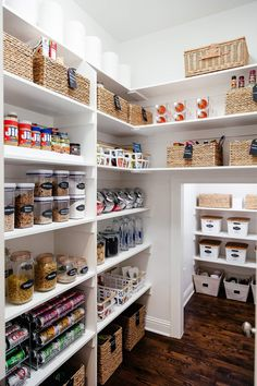 How to create the perfectly organized pantry. So erstellen Sie die perfekt organisierte Speisekammer – poserforum How to create the perfectly organized pantry – poserforum # Kitchen Storage - Pantry Organisation, Kitchen Pantry Design, Pantry Shelving, Kitchen Organization Pantry, Best Kitchen Designs, Diy Kitchen, Home Organization, Kitchen Storage, Pantry Ideas