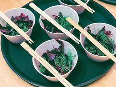 Punakaali-merileväsalaattia ja fenkolivarsia. Erikoisen kuuloinen yhdistelmä joka yllättää helppotekoisuudellaan seka maullaan. Kuvassa dulse- nimistä levää mutta kaikki levät käyvät – makusi, ja saatavuuden mukaan. #merileväsalaatti #punakaalisalaatti #kasvisreseptit Tableware, Dinnerware, Dishes, Place Settings