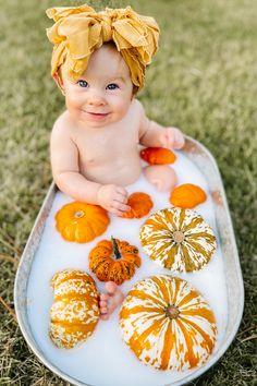 Halloween Baby Pictures, Photo Halloween, Baby First Halloween, Theme Halloween, Fall Baby Pictures, Newborn Pictures, First Baby Pictures, Baby Milk Bath, Photo Rose