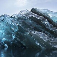 Parteinferior de una AntártidaIceberg Fotografía de AlexCornell Un pasajero en un reciente Expedición Nacional Geographic a la Antártida tomó esta foto rara de la vasta superficie inferior de un icebe...