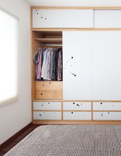 ARMÁRIOS DE COMPENSADO Wardrobe Cabinets, Wardrobe Doors, Wardrobe Closet, Built In Wardrobe, Girls Bedroom Storage, Plywood Design, Houston Houses, Cool Kids Bedrooms, Wardrobe Design