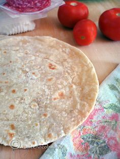 La piadina: ricetta base. by Dolcearcobalenopiù leggera, ma ugualmente buona.  Ingredienti 250 gr di farina 200 ml di latte tiepido (un bicchiere) sale q.b. pizzico di bicarbonato 2 cucchiai di olio extravergine