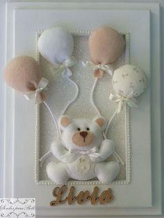 Quadro porta maternidade personalizado com moldura laqueada. Forrado em tecido de algodão, enfeite de ursinho em feltro e letrinhas com o nome do bebê douradas. O ursinho pode ser feito nas cores bege, rosa, azul claro. Os balões podem variar nas cores para combinar com o ursinho que escolher, b...
