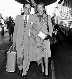 Humphrey Bogart and Lauren Bacall movie stars vintage fashion day wear suit dress skirt shoes hair Golden Age Of Hollywood, Vintage Hollywood, Hollywood Stars, Classic Hollywood, Humphrey Bogart, Best Love Stories, Love Story, Diana Vreeland, Bogie And Bacall