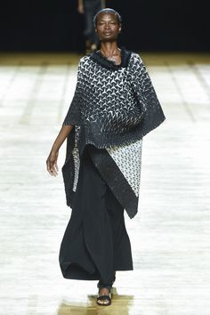 Issey Miyake Spring 2018 Ready-to-Wear  Fashion Show