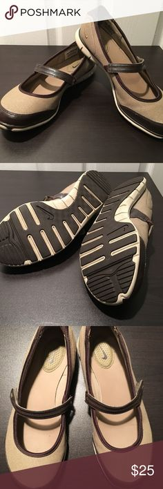 """NIKE ATHLETIC Free-Mary Jane Brown Patent Trim NIKE 404458-270 Women Brown Patent Trim Hk Lp Mary Jane Flats Shoe 9M  Size -  9M Color - Brown Material - Textile (synthetic) Heel Height approx - 1"""" Nike Shoes Athletic Shoes"""