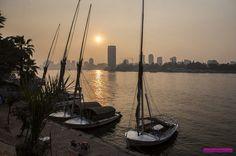 O nosso primeiro pôr do sol no Rio Nilo!  Contamos todos os detalhes do nosso roteiro de 2 dias no Cairo. Abrimos as contas e falamos sobre todos os passeios imperdíveis para fazer na capital do Egito. Acesse o post para saber tudo!