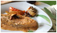 ✔️ Salmón con salsa de setas Fish, Meat, Chicken, Mushroom Sauce, Cooking Recipes, Homemade Cosmetics, Cook, Beef, Cubs