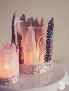windlichter basteln, glas dekoriert mit federn und klebeband mit silbernem glitzer