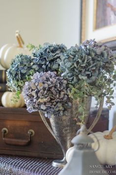 Adding eucalyptus and dried hydrangea in a trophy cup gives this large vignette some softness an a subtle fall touch .The easiest way I know to decorate for fall is with pumpkins. Modern Farmhouse Design, Farmhouse Style Decorating, Decorating Your Home, Fall Decorating, Romantic Homes, Elegant Homes, Bright Decor, Bright Homes, Flower Market
