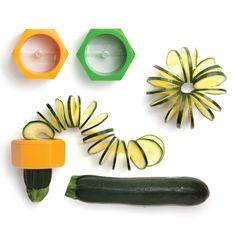 Pour réaliser une guirlande de concombre ou de courgette, de quoi égayer notre assiette !