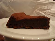 200 g de chocolate para cobertura  - 200 g de manteiga  - 200 g de açúcar  - 5 ovos  - 1 colher (sopa) rasa de trigo  -