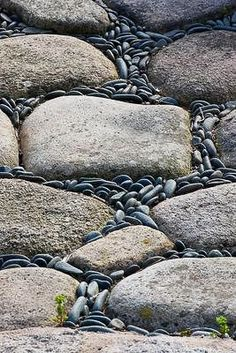 SBG pin of the day! This pathway black Mexican pebble on-edge idea can be used with river stones or any of the cheap cast concrete knock offs - note how it flows! Garden Paths, Garden Art, Garden Design, Pebble Mosaic, River Stones, Stepping Stones, Stone Path, Garden Features, Dream Garden
