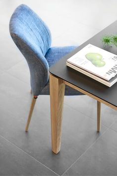 This Oxford table by Mobitec is topped with Fenix NTM®, a technically premium level surface with outstanding qualities such as low reflection matt appearance, scratch-resistant and optimal hygienic properties.