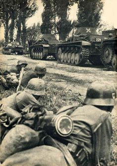 Soldiers of the Waffen-SS wait in a ditch for the order to attack, covered by tanks (Panzer I front, behind Panzer II). France 1940 - pin by Paolo Marzioli Panzer Ii, German Soldiers Ww2, German Army, Ww2 History, Military History, Luftwaffe, Germany Ww2, German Uniforms, War Photography