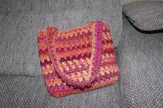 Jednoduchý návod, pomocí kterého si během 20 minut uháčkujete krásnou háčkovanou tašku přes rameno. Watch V, Coin Purse, Make It Yourself, Blanket, Crochet, Handmade, Youtube, Purses, Totes