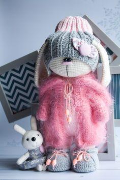 How To Crochet an Amigurumi Rabbit - Craft & Patterns Crochet Doll Pattern, Crochet Toys Patterns, Amigurumi Patterns, Doll Patterns, Crochet Rabbit, Crochet Bunny, Knit Or Crochet, Knitted Dolls, Crochet Dolls