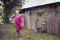 """Frühlingsmode 2013 - Das pfingstrosenfarbene Kleid ist mit dem Rankenmuster """"Hanna"""" versehen. Es ist aus Öko-Baumwolle, hat Dreiviertelärmel und Seitentaschen."""