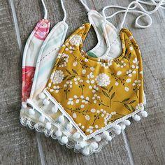 Baby Drool Bibs With FREE Pattern Baby Bibs Patterns, Sewing Patterns Free, Free Sewing, Sewing Diy, Baby Sewing, Bib Pattern, Free Pattern, Baby Gifts To Make, Drool Bibs