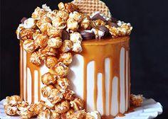 Incroyable association d'un Cheesecake monté comme un Layer Cake avec un glaçage coulant au caramel au beurre salé et décoré de popcorn caramélisés et petits chocolats.